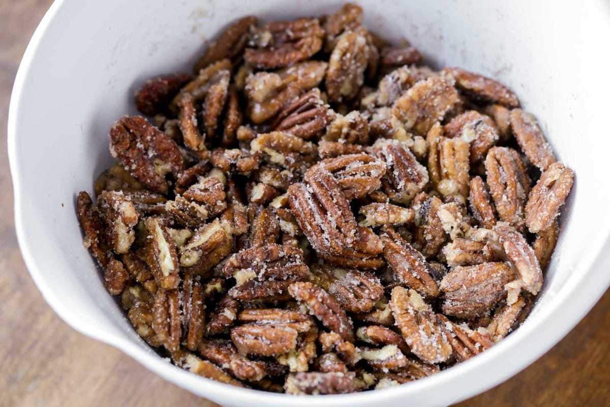 how to make candied pecans in a mixing bowl